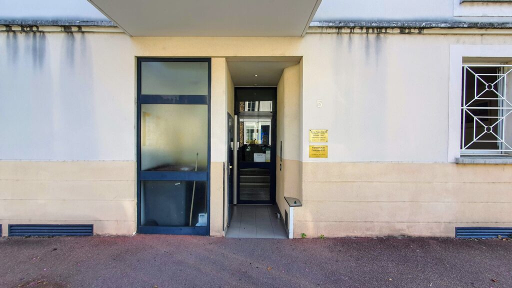 Entrée cabinet d'ostéopathie au 5 rue du Champ d'Epreuves à CORBEIL-ESSONNES